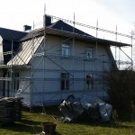 Takrenovering våren 2015! Ställningen är byggd runt huset.