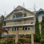Huset målades sommaren 2016. Ställningens storlek: 9m x 2-6m