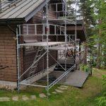 Huset målades sommaren 2016. Ställningens storlek: 6m x 2-4m